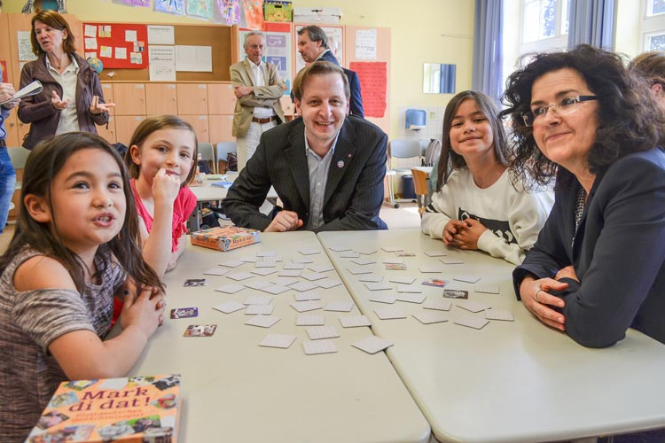 Die Grundschüler hatten Spaß beim plattdeutschen Gedächtnisspielen Mark di dat mit Gabriele Heinen-Kljajić und Stefan Meyer.