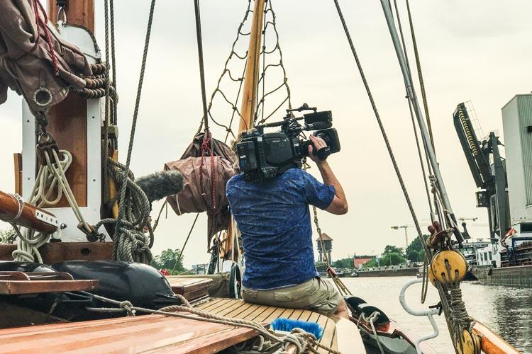 Die NDR-Reportage Typisch! Käpt'n Toni und die kleinen Kanäle wurde vom MedienKontor Oldenburg in Kooperation mit Filmteam Papstein aus Oldenburg.