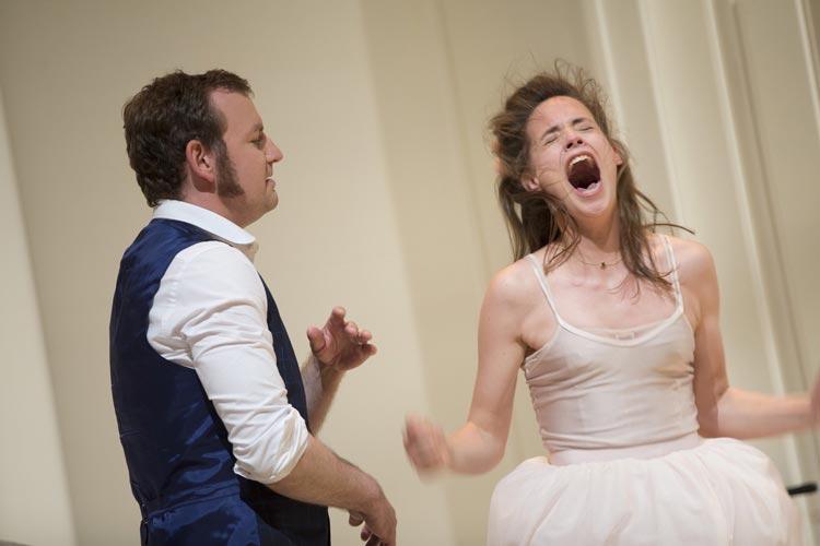 Klaas Schramm und Rebecca Seidel im Cyber-Krimi Netzwelt im Oldenburgischen Staatstheater.