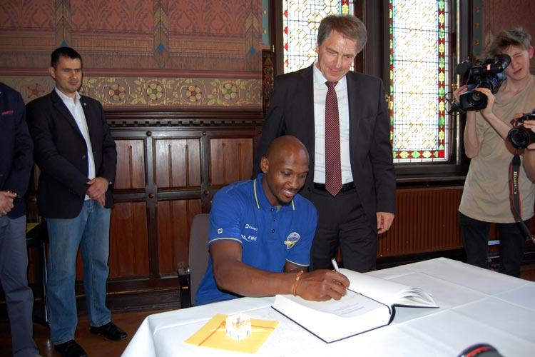 Baskets-Kapitän Rickey Paulding trägt sich in das Gästebuch der Stadt Oldenburg ein.