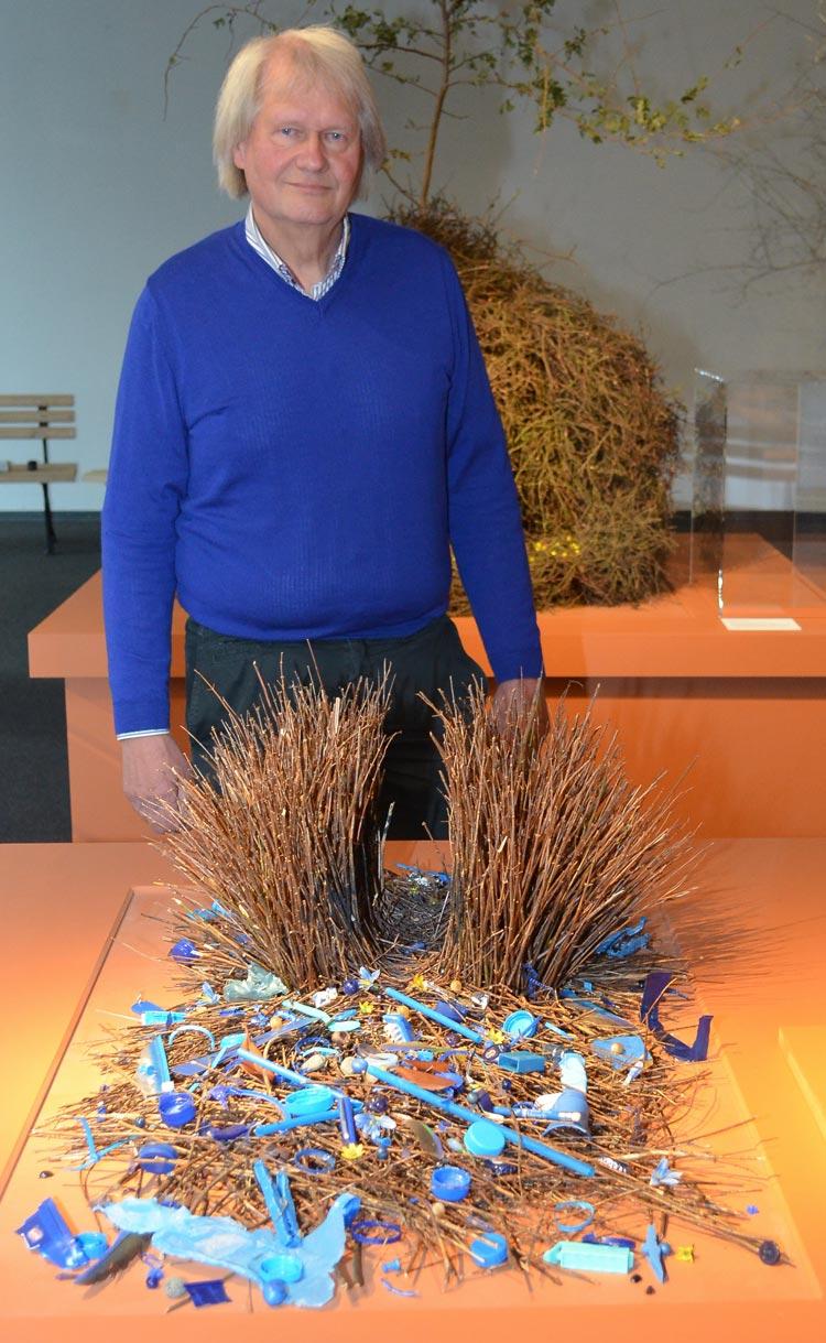 Peter-René Becker zeigt den Bau des Seidenlaubenvogels, der seinen Balzbau ganz in blau gestaltet.