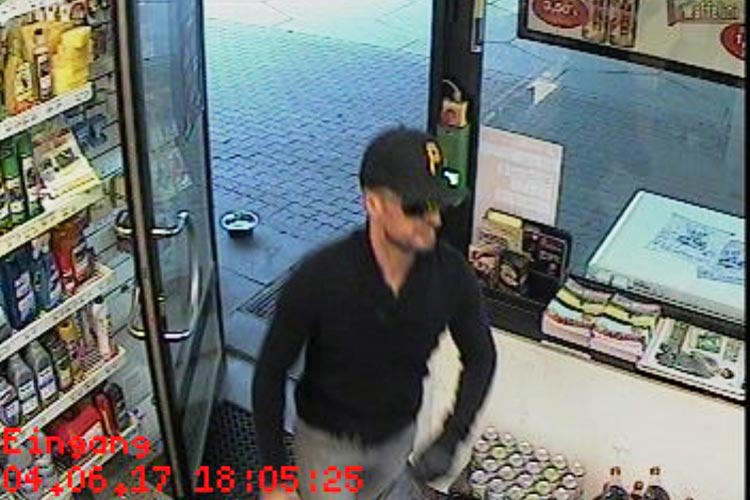 Die Oldenburger Polizei sucht nach diesem Mann. Er soll eine Tankstelle überfallen haben.