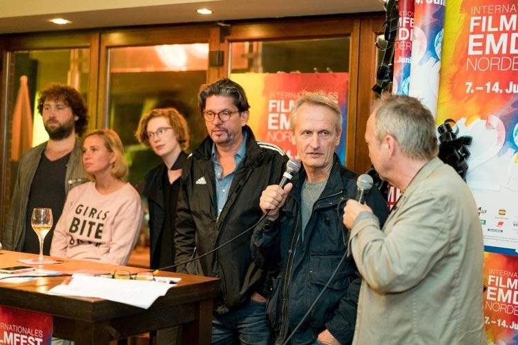 Regisseur Florian Baxmeyer, Nadeschda Brennicke, Luise Wolfram, die Drehbuchautoren Olaf Kraemer und Christian Jeltsch sowie Filmfest-Pressesprecher Volker Bergmeister nach der Tatort-Premiere.