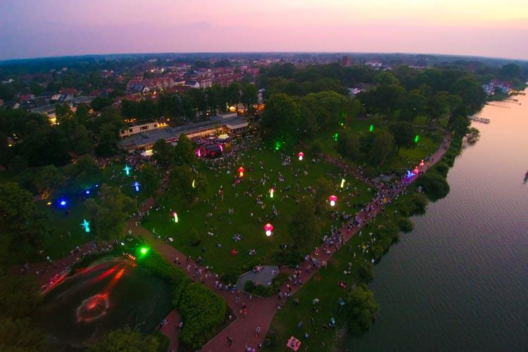Lichtobjekte, Fackeln und Lichtkostüme bringen den Kurpark in Bad Zwischenahn am 22. Juli zum Leuchten. Anlass ist die große Lichternacht.