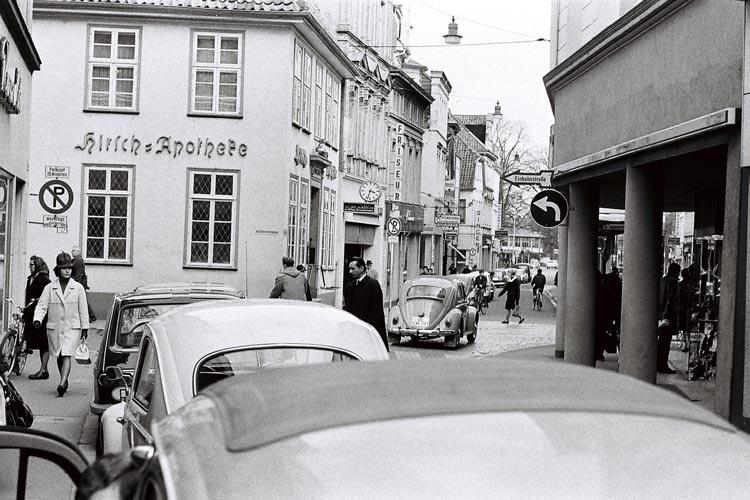 Situation vor dem Bau der Fußgängerzone, Achternstraße, Frühjahr 1967.