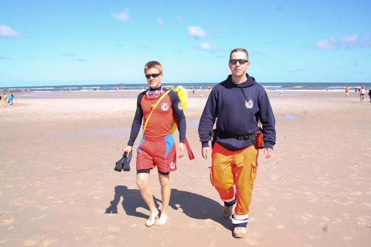 Felix Brudler aus Oldenburg und Fabian Kremels aus Krefeld beim Streifendienst am Strand von Wangerooge.