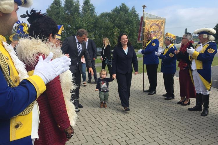 Oldenburgs amtierende Kohlkönigin Andrea Nahles wurde bei ihrem Besuch von rund 25 Jecken aus ihrer rheinländischen Heimat begleitet.