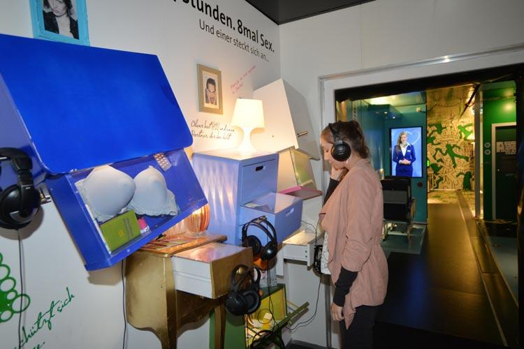 Die Ausstellung Große Freiheit – liebe.lust-leben auf dem Oldenburger Schlossplatzspricht das Publikum multimedial an. So kann jeder Besucher interaktiv werden.