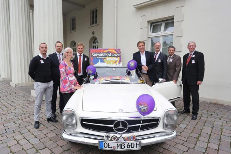 Unter dem Motto Summer of Love feiert Oldenurg sein 50-jähriges Jubiläum in der Fußgängerzone.