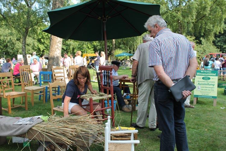 Altes Handwerk und beliebte Speisen sorgen bei der Zwischenahner Woche für ein großes Interesse der Gäste.