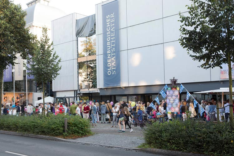 Die Türen zum Hinterhaus sind beim Theaterfest in Oldenburg weit geöffnet und ermöglichen einen Blick hinter die Kulissen.