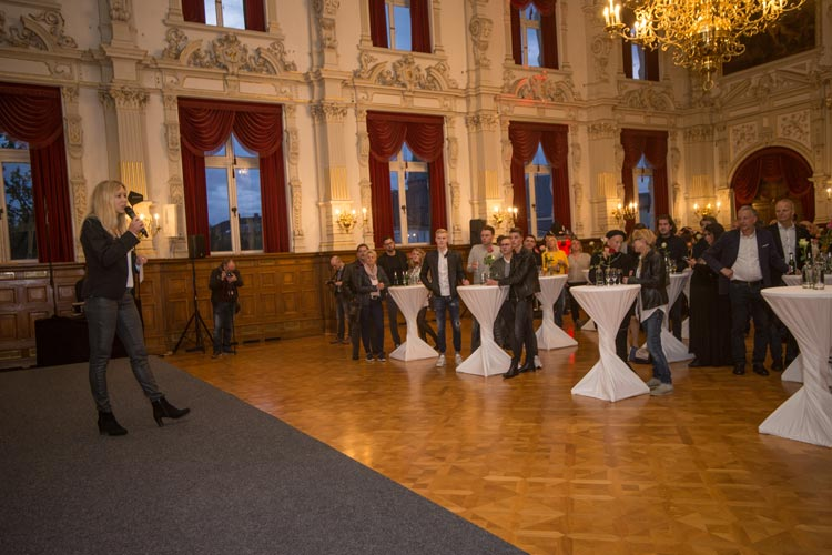 Christine Nickel begrüßte die Gäste wegen des unbeständigen Wetters ausnahmsweise im Schlosssaal.