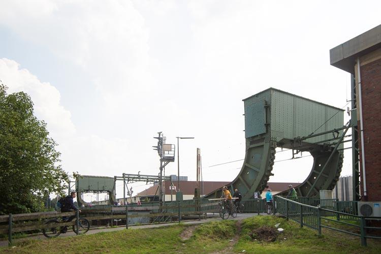 Täglich passieren die Oldenburger Eisenbahnklappbrücke sowohl Züge als auch Boote.
