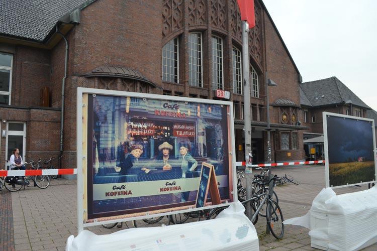 Bastian Freese und Bernd Hubl laden zur Fotoausstellung am Bahnhof ein.