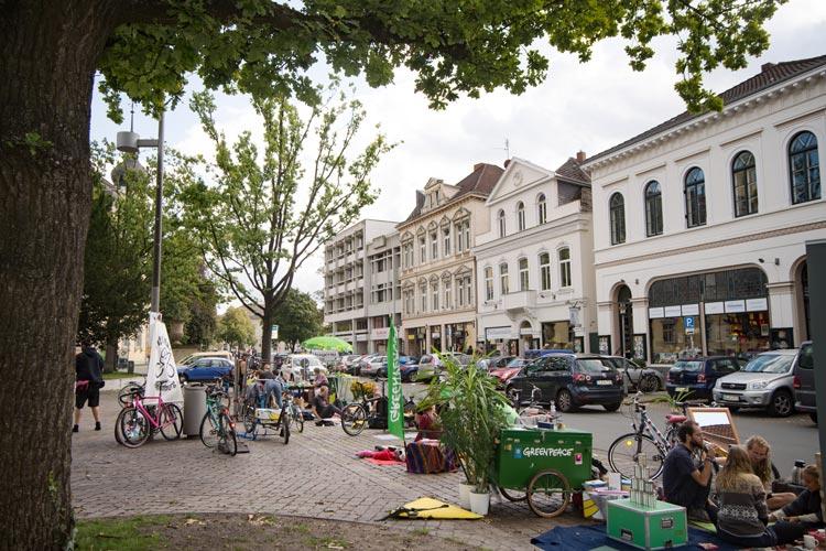 Die Greenpeace Ortsgruppe Oldenburg hat am heutigen Nachmittag einen Abschnitt der Schlossplatzstraße zu einem Naherholungsgebiet umgebaut.