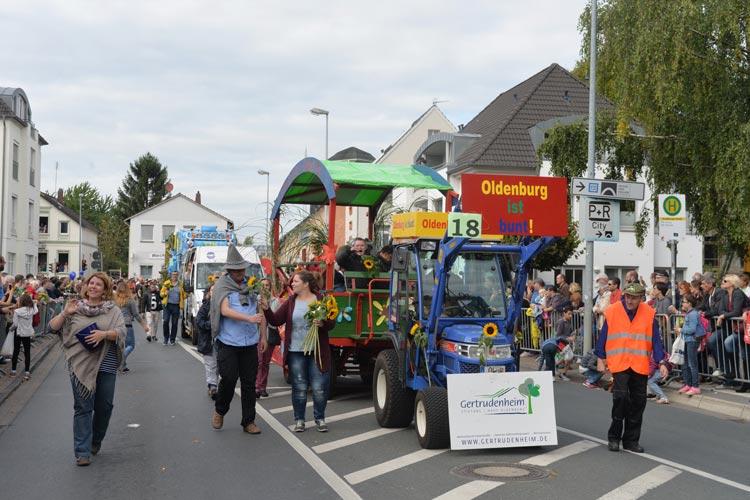 Es wird eng, wenn der Kramermarkt-Umzug an rund 100.000 Besuchern in Oldenburg vorbeizieht.