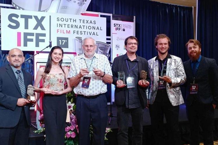 Die Preisverleihung in Edinburg. Carsten Woike (4. von links) bedankte sich bei der Festivalleitung und seiner Filmcrew.