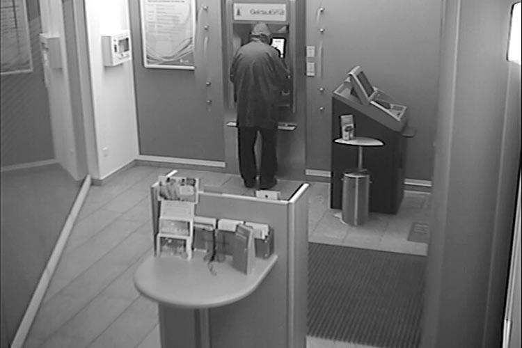 Zweimal wurde in der LzO-Filiale in Krusenbusch Geld mit der EC-Karte der Vermissten abgehoben.