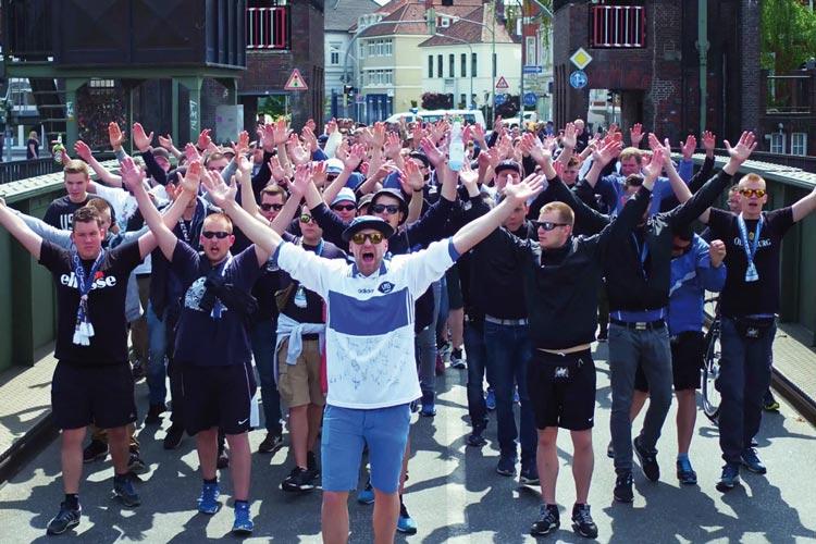 Fans des VfB Oldenburg vor einer Begegnung gegen den SV Meppen auf Cäcilienbrücke.