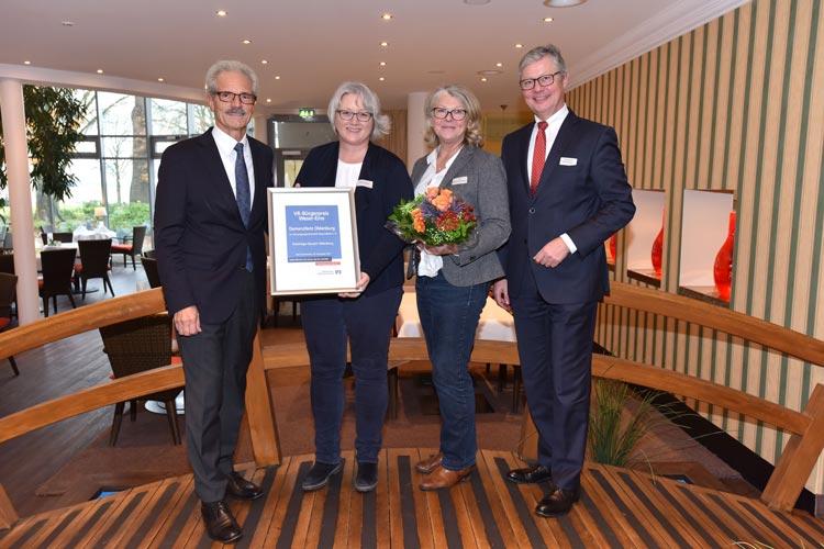 Geschäftsführer Harald Lesch (links) und Reinhard Nannemann von der Volksbank Oldenburg (rechts) überreichten Petra Rothe und Ute Richwien-Emken vom DemenzNetz Oldenburg den VR-Bürgerpreis.