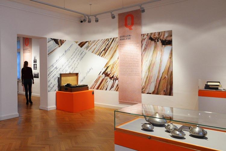 Das Landesmuseum für Kunst und Kulturgeschichte Oldenburg hat die Sonderausstellung Herkunft verpflichtet! im Schloss eröffnet.