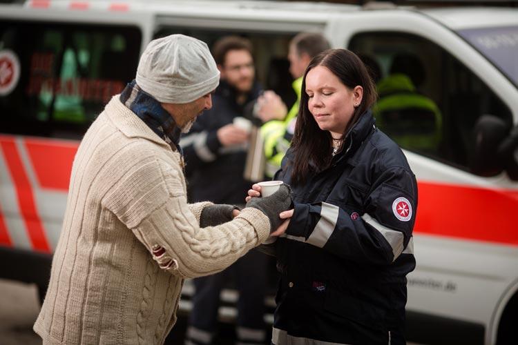 Erste Hilfe der besonderen Art leisten die Johanniter in Oldenburg mit ihrem Kältebus für Obdachlose.