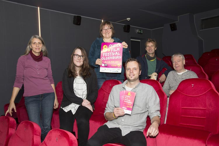 Organisieren das Programm des Queer Film Festivals Oldenburg (von links): Marion Fittje (Cine k), Lisa Reuke (QFFOL-Team), Susanne Schelinski (QFFOL-Team), Stefan Caspers (QFFOL-Team), Wolfgang Bruch mit Hund Keks (Cine k) und Wilhelm Büttemeyer (QFFOL-Team).