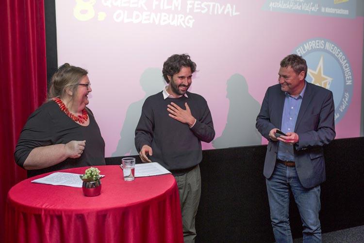 Übergabe des 1. Queeren Filmpreises Niedersachsen: Lucie Veith (Bundesverband Intersexuelle Menschen), Carlo Lavagna (Regisseur) und Dr. Hans-Joachim Heuer (Niedersächsisches Ministerium für Soziales, Gesundheit und Gleichstellung).