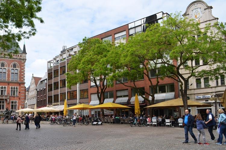 So sieht der Rathausmarkt gegenwärtig aus. Der BLB-Gebäudekomplex gegenüber der Lambertikirche soll durch einen Neubau ersetzt werden.