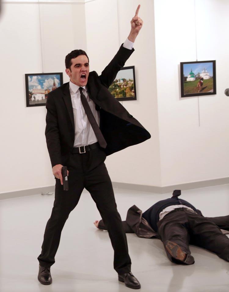 Am 19. Dezember 2016 schaute AP-Fotograf Burhan Ozbilici im türkischen Ankara auf dem Nachhauseweg in einer nahegelegenen Kunstgalerie vorbei. Nichts hätte ihn auf das Horrorszenario vorbereiten können, das sich ihm dort kurz darauf bieten würde: das Attentat von Mevlüt Mert Altıntaş, einem Polizisten außer Dienst, auf Andrei Karlow, den russischen Botschafter in der Türkei, der in der Galerie eine Ausstellung eröffnete. Obwohl er sich selbst in Lebensgefahr begab, hielt Ozbilici das Attentat mit seiner Kamera fest und machte das Foto, das den Preis des World Press Photo of the Year 2017 erhalten sollte.