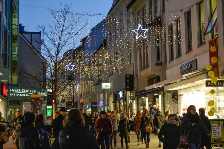 Die festlich geschmückte Innenstadt lädt zur Langen Einkaufsnacht ein.