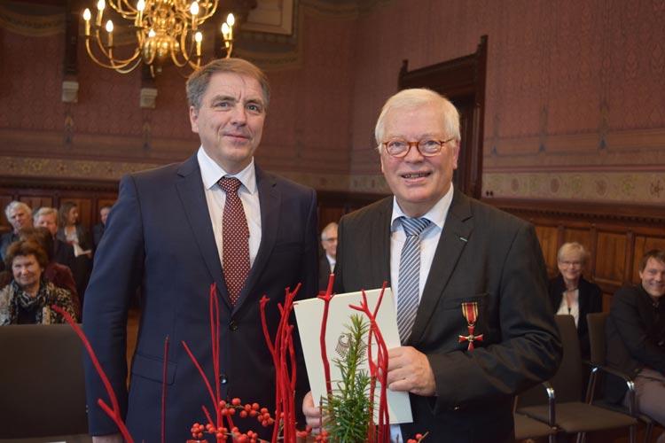 Oberbürgermeister Jürgen Krogmann hat dem Gründer und Geschäftsführer des Casablanca-Kinos, Dr. Detlef Roßmann, das Verdienstkreuz am Bande des Verdienstordens der Bundesrepublik Deutschland überreicht.