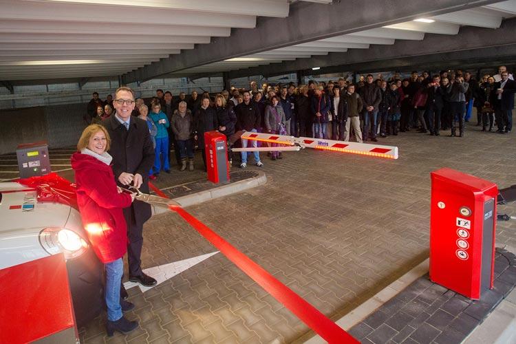 Bürgermeisterin Christine Wolff und Klinikum-Vorstand Dr. Dirk Tenzer zerschneiden gemeinsam das rote Band.