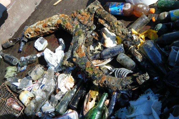 Ob verrostete Rohre, Flaschen oder Plastikmüll – in unseren Gewässern findet sich Müll aller Art wieder.