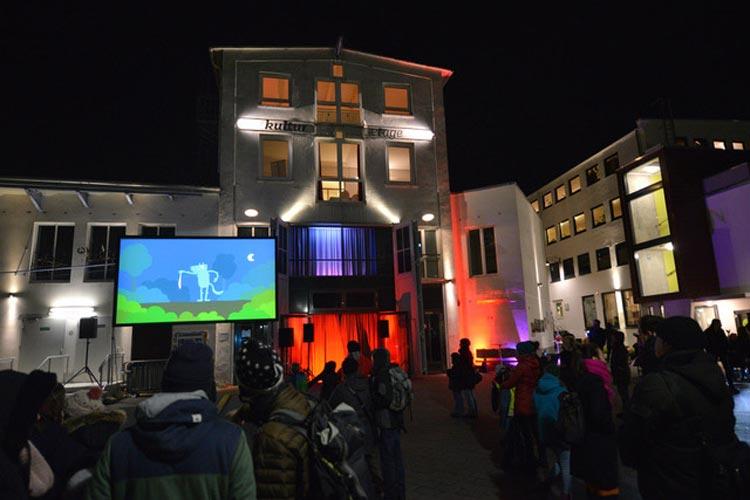 Das Medienbüro und kreativ:Labor laden zum Open-Air Kino Platzda in das Oldenburger Bahnhofsviertel ein.