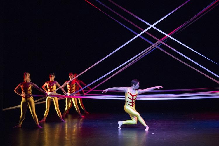 Tensile Involvement gehört zum vierteiligen Tanzabend Drei Generationen der BallettCompagnie Oldenburg im Kleinen Haus.