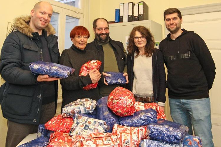 In der Vorweihnachtszeit werden auch in diesem Jahr im Tagesaufenthalt der Diakonie an der Ehernstraße Päckchen an Wohnungslose verschenkt.