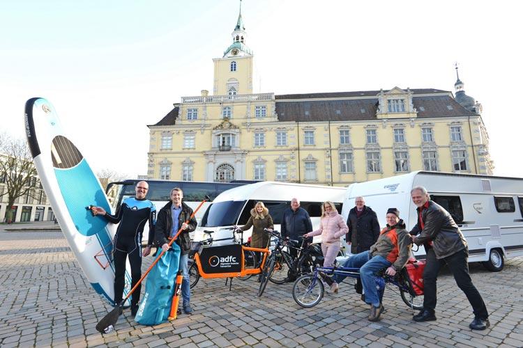 Martin Schlifski (Tauchertreff Dekostop), Dennis Hilmer (Auto-Fischer-Reisen), Gesa Hilbers (WEH), Hans-Josef Schöler (Wohnwagen Schöler), Sonja Hobbie (WEH), Bodo Förster (Hobby/Fendt), Wilke Brüning (ADFC), Lutz Müller (Club Aktiv) freuen sich auf die Caravan Freizeit Reisen 2018, die vom 12. bis 14. Januar in den Weser-Ems-Hallen Oldenburg stattfinden wird