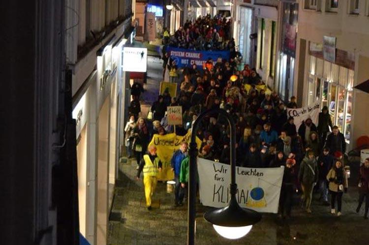 Studierende demonstrieren in der Oldenburger Innenstadt für den Klimaschutz.