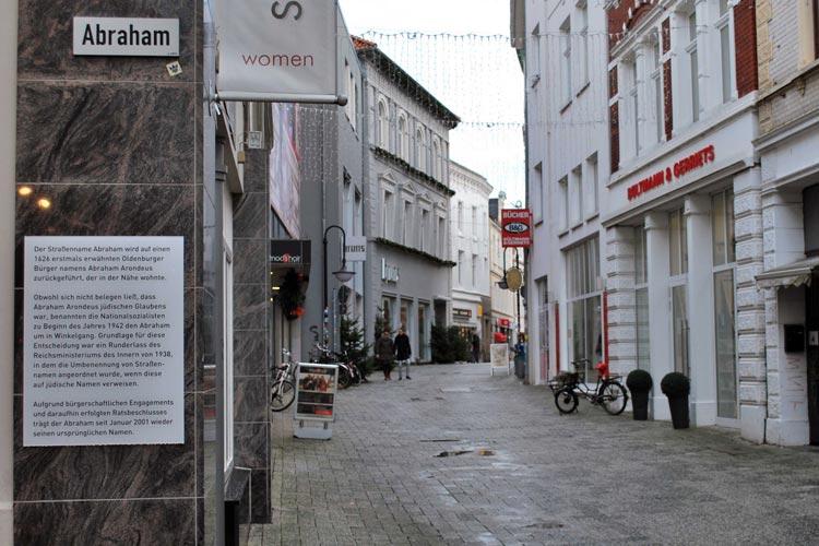 """1942 haben die Nationalsozialisten verfügt, dass die Gasse """"Abraham"""" in der Oldenburger Innenstadt in """"Winkelgang"""" umbenannt wird. Erst seit 2001 heißt die Gasse wieder """"Abraham""""."""