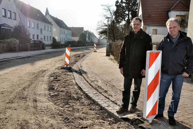 Sachgebietsleiter Reinhard Hövel (rechts) und Ingenieur Jens Kohnert machen sich ein Bild vom Baufortschritt. Die Kanalarbeiten in der Eike-von-Repkow-Straße werden in diesem Jahr fortgesetzt und abgeschlossen.