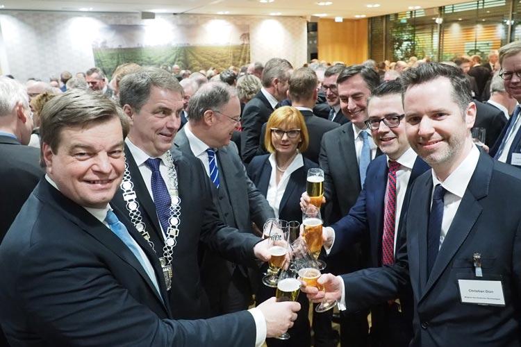 Das traditionelle Defftig Ollnborger Gröönkohl-Äten mit rund 280 Gäste aus Politik, Wirtschaft, Kultur und öffentlichem Leben fand gestern in der niedersächsischen Landesvertretung in Berlin statt.
