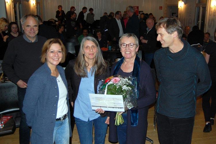 Große Freude über die Glückwünsche von Bürgermeisterin Christine Wolff (links) und vielen Gästen zum 25-jährigen Bestehen des Medienbüros Oldenburg herrschte bei Marion Fittje (2. von links) und Wolfgang Bruch. Helga Wilhelmer, Vorsitzende des Förderkreises für das Cine k Oldenburg, überreichte einen Scheck über 1500 Euro.