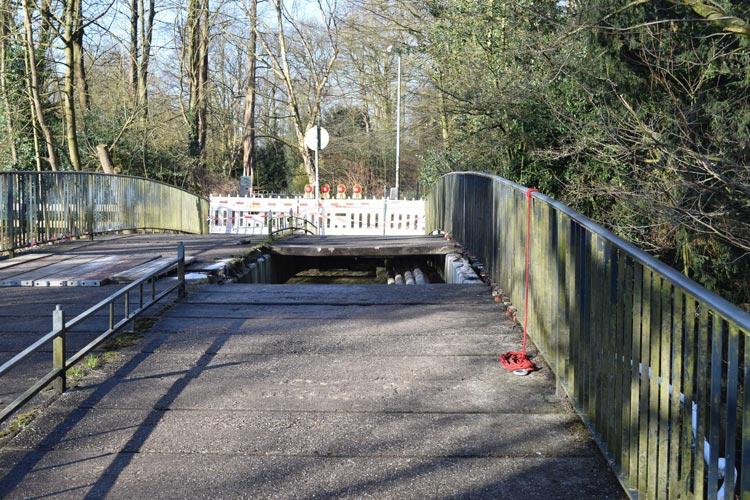 Heute Morgen ist ein Streufahrzeug an der Brücke über die Mühlenhunte eingebrochen.