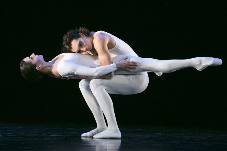 """In """"Tam Tam et Percussion"""" ist die BallettCompagnie Oldenburg im Solo, Pas de deux und auch Ensemble zu sehen."""