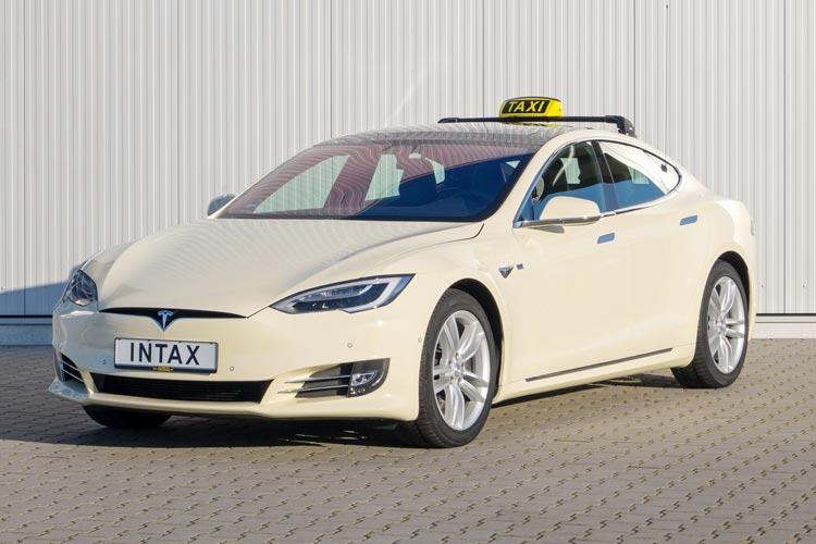 Das Oldenburger Unternehmen Intax rüstet das Elektroauto Tesla S als Taxi oder Mietwagen aus.