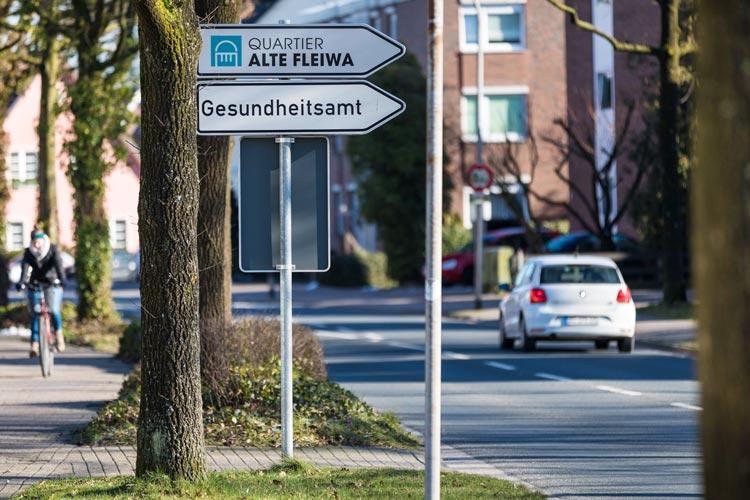 Neue Wegweiser im Stadtgebiet, wie hier an der Jägerstraße / Ecke Am Schützenplatz, führen in das Quartier Alte Fleiwa.