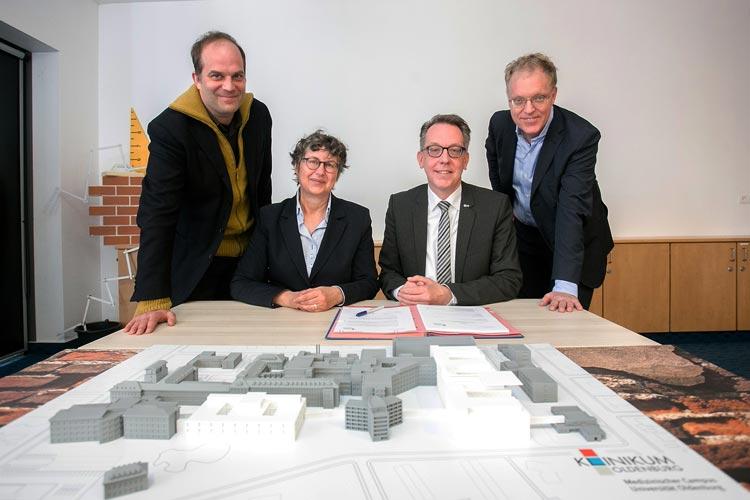 Gestern wurde die Verträge für drei Großbauprojekte am Klinikum Oldenburg unterzeichnet (von links): Gerrit Grigoleit (Itten+Brechbühl), Silke Meyn (Erste Stadträtin der Stadt Oldenburg), Dr. Dirk Tenzer (Vorstand Klinikum Oldenburg) und Edzard Schultz (Heinle, Wischer und Partner).