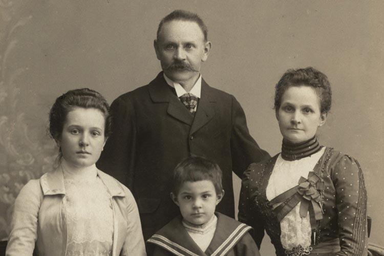 Historisches Foto einer Familie.