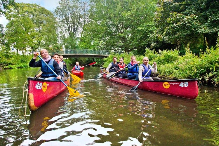In Oldenburg werden auch Stadtführungen über Wasserwege mit Kanus angeboten.